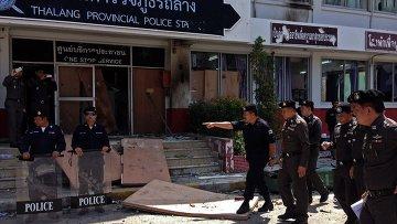 Полицейский участок, заблокированный протестующими в Таиланде, 11 октября 2015