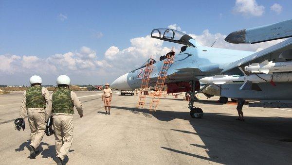 Российские летчики готовятся к полету на истребителе СУ-30СМ на авиабазе Хмеймим в Сирии. Архивное фото