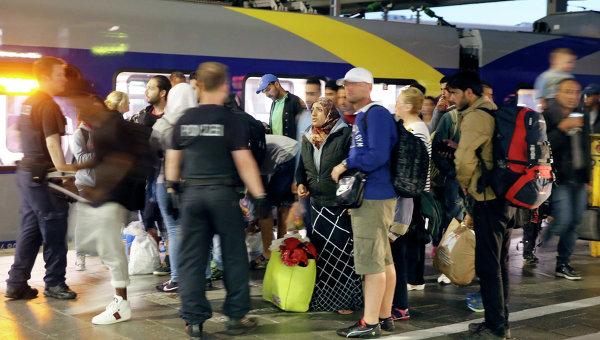Беженцы на центральном железнодорожном вокзале в Мюнхене. Архивное фото