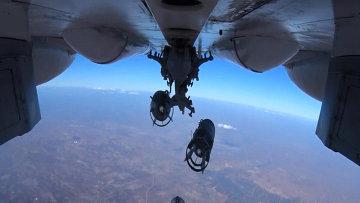 Сброс авиабомб на объекты Исламского государства в Сирии с самолета Воздушно-космических сил РФ