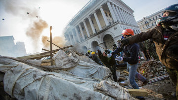 Сторонники оппозиции кидают камни на площади Независимости в Киеве