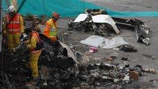 На месте падения небольшого самолета на здание пекарни в Боготе, Колумбия. Октябрь 2015
