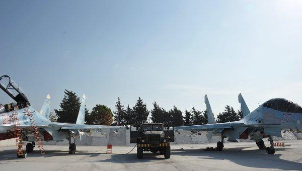 Истребители Воздушно-космических сил РФ СУ-30СМ готовятся к вылету с авиабазы Хмеймим в сирийской провинции Латакия. Архивное фото