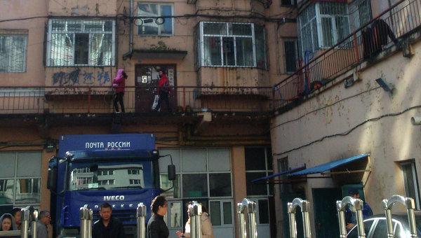 Здание почты в Суйфэньхэ с машиной Почты России