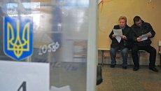 Местные жители на избирательном участке во время выборов в органы местного самоуправления во Львовской области