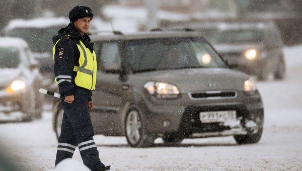 Сотрудник ГИБДД регулирует движение на Соборной площади в Омске. Архивное фото