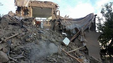 Поврежденное здание после мощного землетрясения в Афганистане