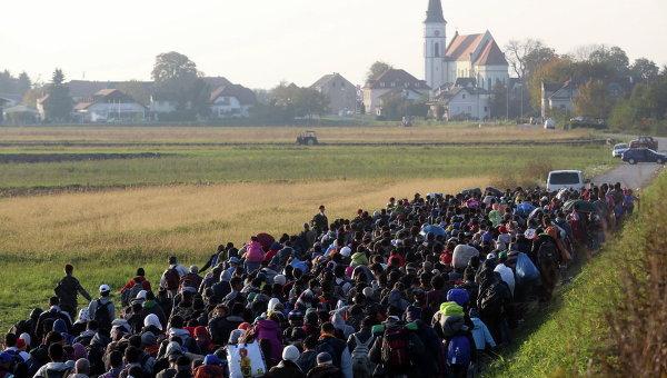 Миранты и беженцы направляются к временному лагерю на хорватско-словенской границе. Архивное фото