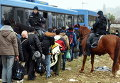 Словенские полицейские и мигранты на хорватско-словенской границе