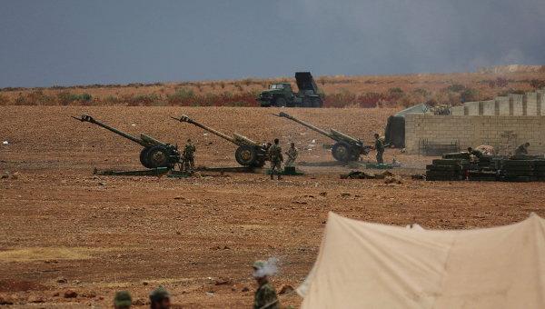 Военнослужащие сирийской армии ведут обстрел позиций боевиков на севере сирийской провинции Хама. Архивное фото