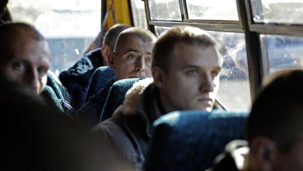 Военнопленные перед процедурой обмена между Луганской и Донецкой народными республиками и Киевом. Архивное фото