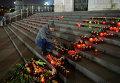 Москвичи приносят свечи и цветы к Храму Христа Спасителя в память о жертвах авиакатастрофы российского авиалайнера в Египте