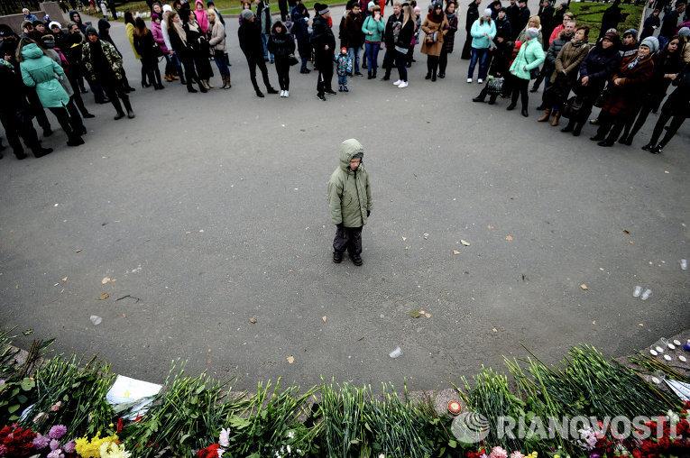 Жители Великого Новгорода возлагают цветы в память о жертвах авиакатастрофы российского авиалайнера в Египте