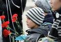 Участник митинга-реквиема на площади у Свято-Преображенского кафедрального собора в Донецке по жертвам авиакатастрофы лайнера Airbus-321 авиакомпании Когалымавиа, который выполнял рейс 9268 Шарм эш-Шейх - Санкт-Петербург