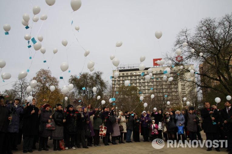 Участники митинга-реквиема в Донецке по жертвам авиакатастрофы лайнера Airbus-321 авиакомпании Когалымавиа, который выполнял рейс 9268 Шарм эш-Шейх - Санкт-Петербург, отпускают шары с именами погибших
