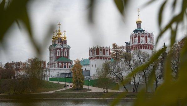 Вид на Новодевичий Богородице-Смоленский монастырь в Москве. Архивное фото