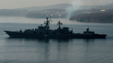 Гвардейский ракетный крейсер Варяг в проливе Босфор. Архивное фото