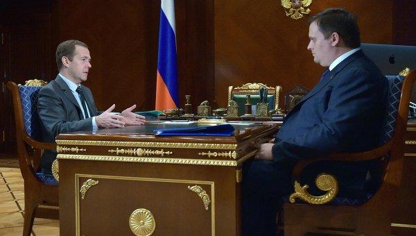 Председатель правительства РФ Дмитрий Медведев и гендиректор АСИ Андрей Никитин во время встречи с подмосковной резиденции Горки