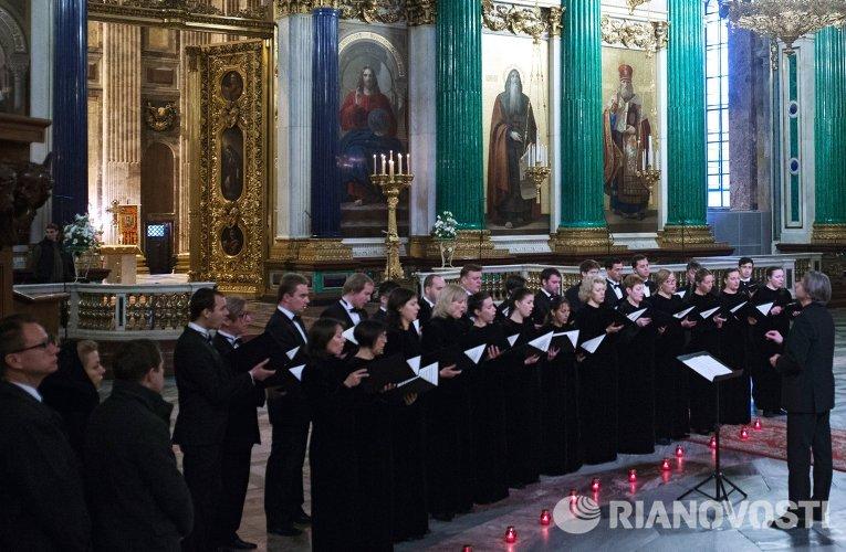 Хор Смольного собора во время поминальной службы по жертвам авиакатастрофы А321 в Исаакиевском соборе Санкт-Петербурга