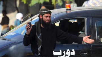Член коалиции повстанческих групп контролирует дорогу в городе Идлиб, Сирия. Ноябрь 2015