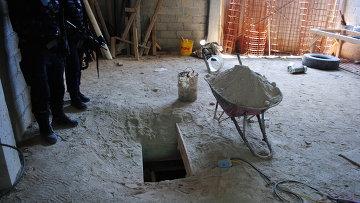 Люк подземного хода, через который сбежал наркобарон Хоакин Гусман Лоэра из тюрьмы Альтиплано в штате Мехико.