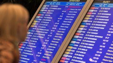 Табло с информацией о вылетах в аэропорту. Архивное фото