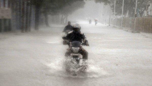 Затопленная в результате проливных дождей улица в городе Ченнаи, Индия