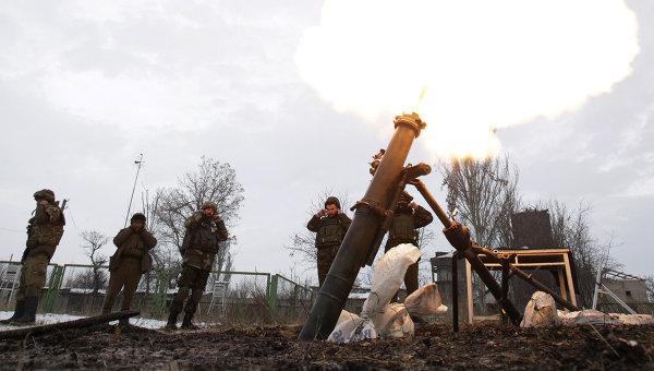Солдаты ВСУ ведут минометный обстрел территории, подконтрольной ДНР, Донецкая область, Украина. Архивное фото