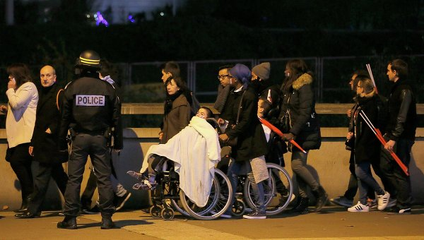 Эвакуация людей со стадиона Stade de France, где прогремели взрывы