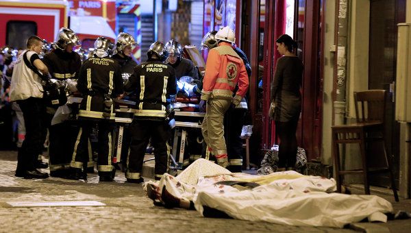 Спасатели работают на месте теракта в 10-ом округе Парижа