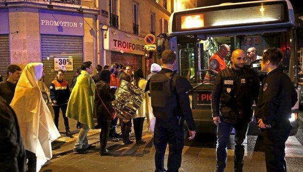У театра Батаклан в 11-м округе Парижа, где неизвестные удерживали заложников. Архивное фото