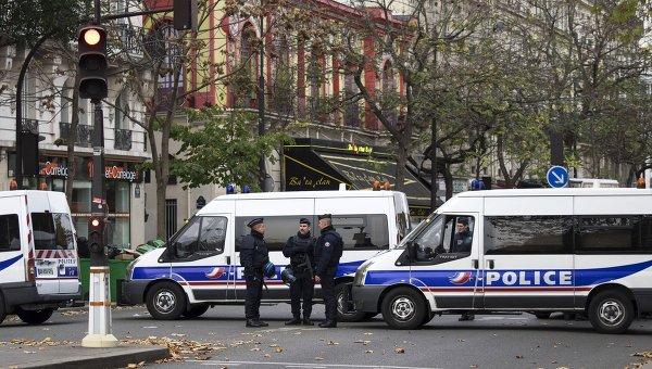 Полицейские около театра Батаклан в Париже, где произошел один из серии терактов