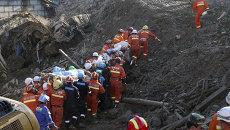 Спасатели на месте оползня в деревне Лишуй в Китае