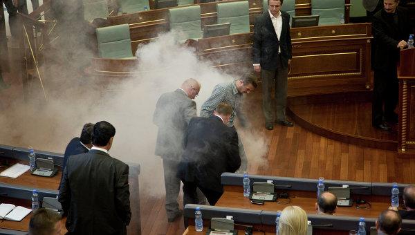 Баллончик со слезоточивым газом, брошенный во время осенней сессии парламента в Косово. Архивное фото