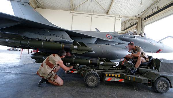 Французские военные готовят к боевому вылету истребитель Рафаль. 17 ноября 2015. Архивное фото