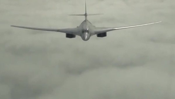 Самолет Ту-160 Военно-космических сил России во время боевого вылета для нанесения удара по объектам инфраструктуры ИГ в Сирии