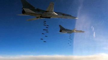 Бомбардировщик-ракетоносец Ту-22 М3 ВКС России во время нанесения массированного удара авиабомбами ОФАБ-250-270 по объектам инфраструктуры ИГ в Сирии