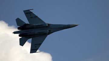 Самолет Су-35 во время демонстрационной программы. Архив