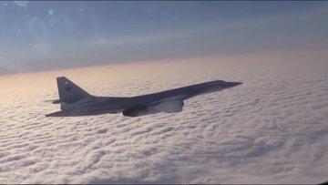 Бомбардировщик-ракетоносец Ту-160 Военно-космических сил России во время боевого вылета для нанесения авиаудара по объектам ИГ в Сирии
