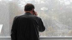 Разговор по мобильному телефону. Архивное фото
