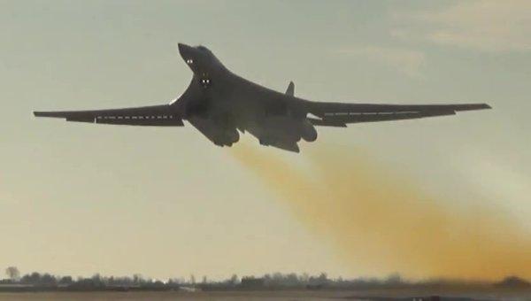Бомбардировщик-ракетоносец Ту-160 Военно-космических сил России во время боевого вылета для нанесения авиаудара по объектам ИГ в Сирии.