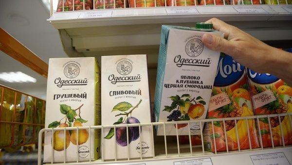 Соки производства Одесского консервного завода в одном из супермаркетов Москвы. Архивное фото