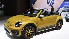 Автомобиль Volkswagen Beetle Dune на автошоу Los Angeles Auto Show в Лос-Анджелесе, США