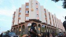 Полиция у отеля Radisson в Бамако (Мали), где были захвачены заложники, 21 ноября 2015