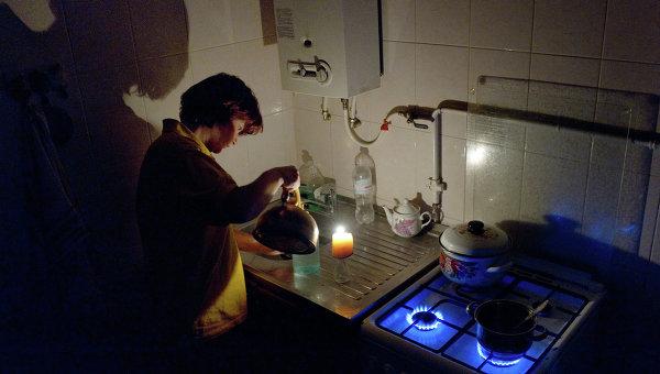 Женщина на кухне в своем доме в Симферополе. Ситуация с энергоснабжением Крыма
