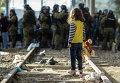 Девочка-беженка на границе между Грецией и Македонией