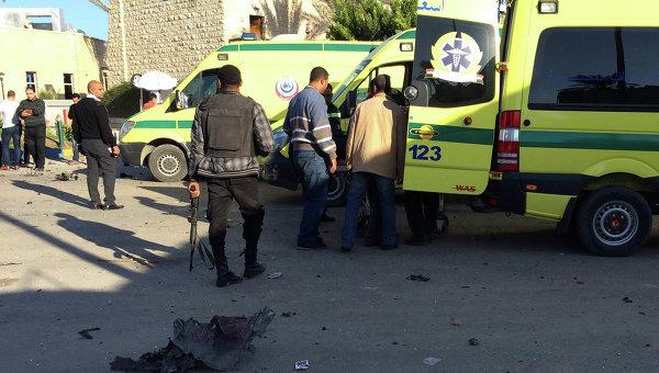 Сотрудники служб безопасности на месте взрыва у отеля Swiss Inn, Синайский полуостров, Египет