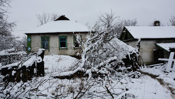 Брошенные дома на линии соприкосновения в поселке Донецкий в ЛНР, Украина