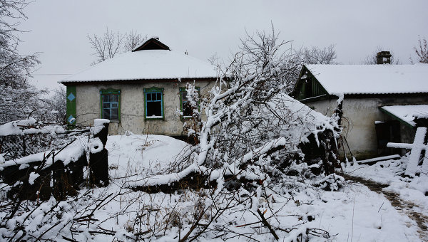 Брошенные дома на линии соприкосновения в Донбассе, архивное фото