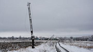 Оборванные линии электропередач в поселке Донецкий ЛНР. Архивное фото